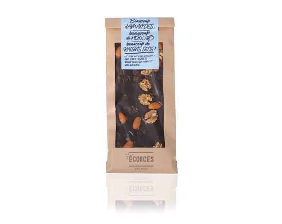 Výborná hořká čokoláda se 70 % obsahem kakaové sušiny ozdobená mandlemi, vlašskými ořechy a rozinkami. Neodolatelná.
