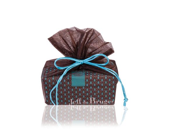 Krásný dárek pro ženu, ballotin 250 g (kolem 20 ks čokolády) v úchvatném obalu.