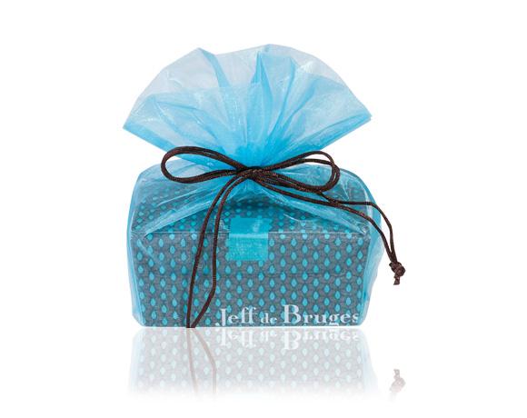 500 g (přibližně 40 čokoládových bonbonů )v krásném obalu z organzy opět ve dvou barvách : modré a hnědé.