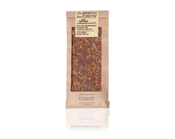 Mléčná čokoláda posypaná zkaramelizovanými mandličkami. Krásná a výborná.