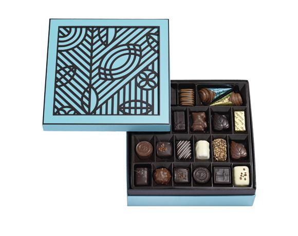Originální geometrický tvar obsahuje 600 g čokolády, celkem 40 čokoládových bonbonů naaranžovaných ve dvouch patrech. Skvělý dárek pro velké gurmány.