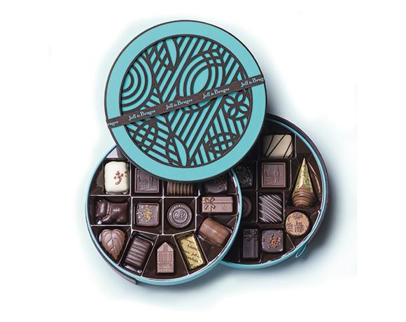 Pro větší gurmány je vhodná tato krásná kulatá krabička obsahující 380 g výborné čokolády. Na výběr opět v našich barvách : tyrkysové či hnědé.