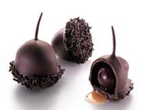 Višně v čokoládě. Malá višnička naložená v likéru kirsch a obalená v hořké čokoládě, neodolatelná.