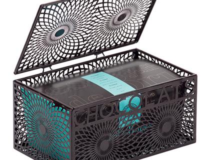 Neodoláte krásné kovové krabičce zdobící ballotin 250 g.