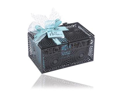 500 g výborné čokolády schované v úchvatné kovové krabičce, která Vám bude sloužit jako dekorace.