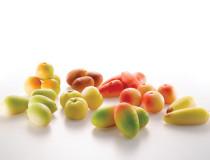 Mandlové těsto ve tvaru ovoce .