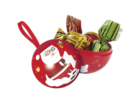 Krásná vánoční metalová koule v barvě červené nebo zelené plněná vánočními bonbony a čokoládovými penízky