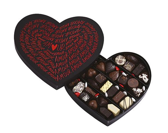 Velké srdce černé nebo červené naplněné 450 g čokolády. Dárek, který potěší.
