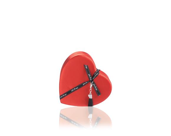 Saténová rudá krabička ve tvaru srdce obsahuje 180 g výborné čokolády.