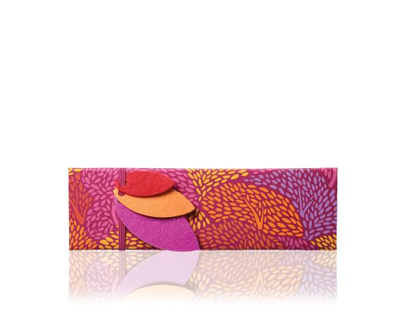 Krásná krabička plná podzimních novinek, marcipán, pralinky, brusinky, lískové oříšky v čokoládě : neodoláte nejen obalu, ale i lahodné náplni.