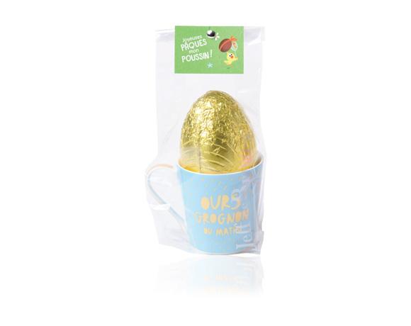 Krásný porcelánový hrneček naplněný velkým dutým čokoládovým vejcem z mléčné čokolády. Tři různé motivy.