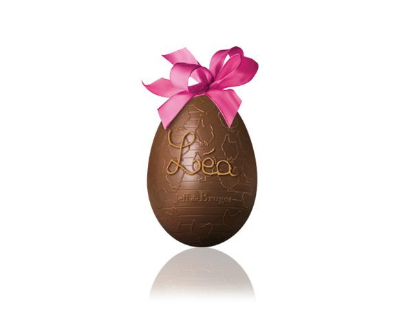 Originální nápad ! Nechte napsat jméno na čokoládové vajíčko. Střední vejce pro Vás máme v mléčné čokoládě. Uvnitř čokoládového vejce se skrývá překvapení : čokoládová zvířátka a čokoládová vajíčka. Čím bude plněno to Vaše ? Slepička ? Kravička ? Koník ? Prasátko ? Nugátové vajíčko ?