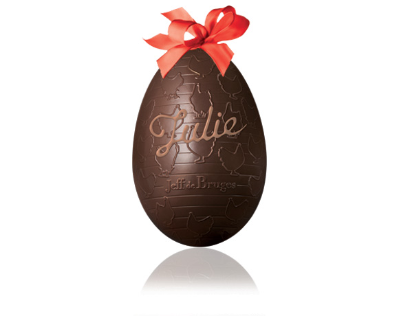 Originální nápad ! Nechte napsat jméno na čokoládové vajíčko. Existuje v mléčné verzi. Uvnitř čokoládového vejce se skrývá překvapení.