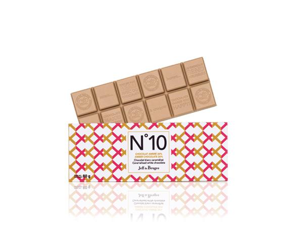 Naše novinka pro milovníky bílé čokolády : tabulka bílé zkaramelizované čokolády, jantar mezi tabulkami, jemná chuť.