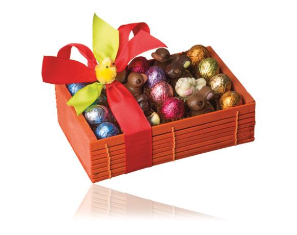 Dřevěná bednička obsahuje kompozici velikonočních čokolád, mix různých receptur. Dárek, který potěší.