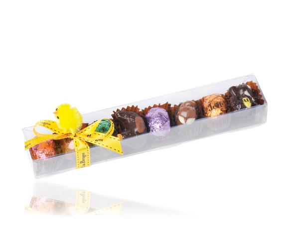 Průhledná krabička obsahuje velikonoční čokoládová vajíčka a zvířátka.