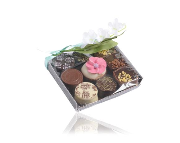Malá pozornost , tácek 9 čokoládových bonbonů ozdobený konvalinkou.