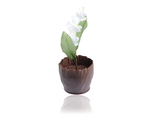 Krásný a delikatesní dárek : nugát v hořké čokoládě 65 % kakaové hmoty, ozdobený konvalinkou.