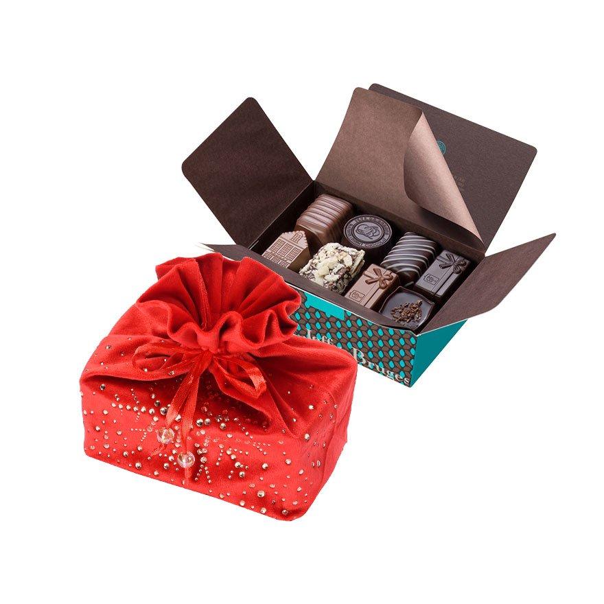 V ozdobném vánočním sáčku se skrývá náš balotánek s 250 g čokolády. Existuje v zelené a červené barvě.