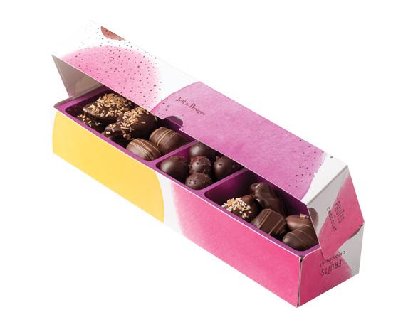dlouhá barevná krabička obsahuje 240g lahodného ovoce v čokoládě namíchaného z pěti druhů: meruňka, limetka, švestka, amarena a datle.
