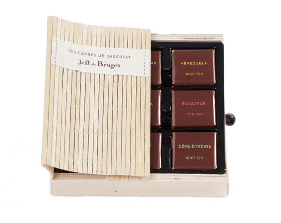 24 malých tabulek čokolády v krásném balení ve formě knihy, z přírodního bambusu. Kolekce grands crus obsahuje 4 druhy hořkých čokolád , kde kakao je původu Pobřeží Slonoviny, Venezuely, Svatého Tomáše a Ekvádoru.